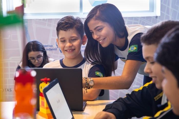 Alunos do Ensino Fundamental aprendendo por meio dos chromebooks, em aula prática, na Sala Google, do Colégio Objetivo de Teresina (Crédito: Lucas Soares)