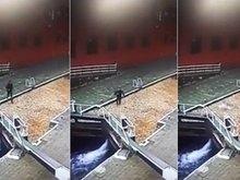 Distraído com celular, homem cai de ponte e é sugado por canal