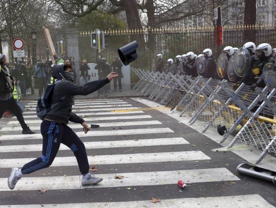 """Ato de """"coletes amarelos"""" tem confrontos em Paris"""