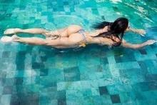 Noiva de Zezé posta foto mergulhando em piscina e exibe boa forma
