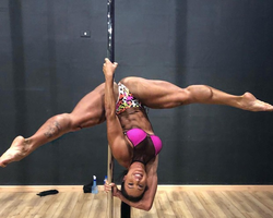 Gracyanne Barbosa mostra abertura de pernas em dia de pole dance