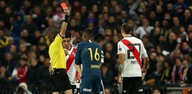 Barrios cometeu falta dura no começo da prorrogação e deixou o Boca com dez (Crédito: Sergio Perez/Reuters)
