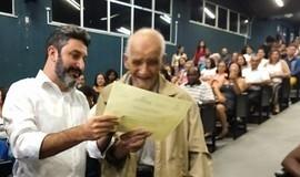 Alfabetizado aos 91 anos, idoso se emociona ao ganhar diploma
