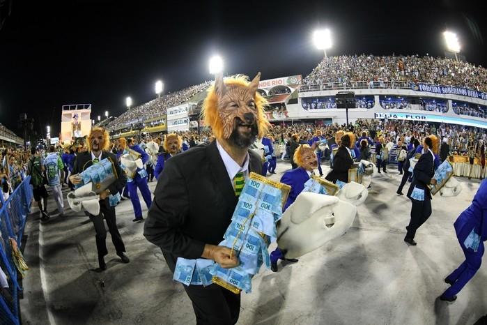 Fantasia da Beija-Flor representa os gananciosos roubando o dinheiro do povo (Crédito: G1)