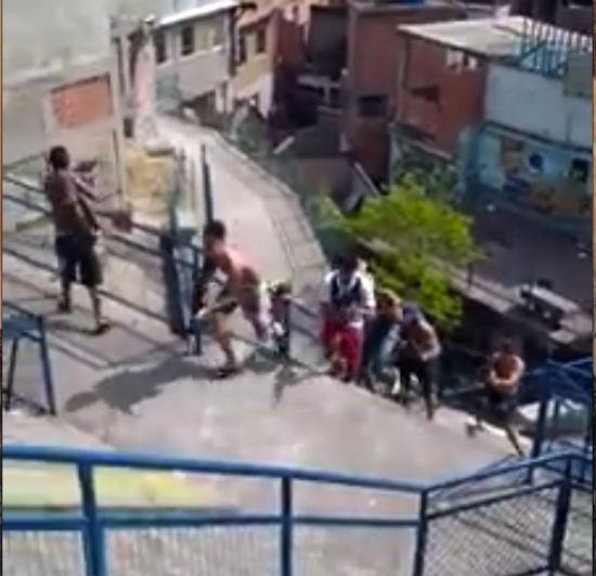 Produção era gravada no Complexo da Maré, quando morador filmou com celular  (Crédito: Reprodução )