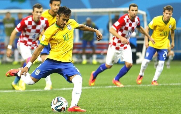 Neymar bate pênalti contra a Croácia na abertura da Copa-2014  (Crédito: Reuters)