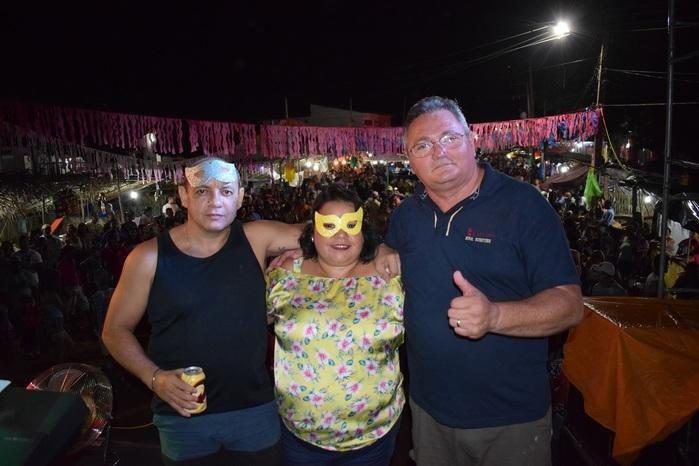 Vice Prefeito Gilson Moura ao lado da esposa Querida Moura e seu amigo (Crédito: Wagner Medeiros)