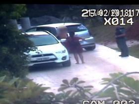 Bancária é presa fazendo sexo oral em garoto de 13 anos em carro