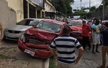 Professor tem mal súbito no trânsito e provoca acidente com carros