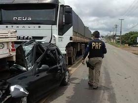 Veículo é esmagado por caminhão em acidente na BR-343