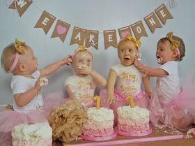 Mãe faz bolo de aniversário com réplicas em tamanho real das filhas