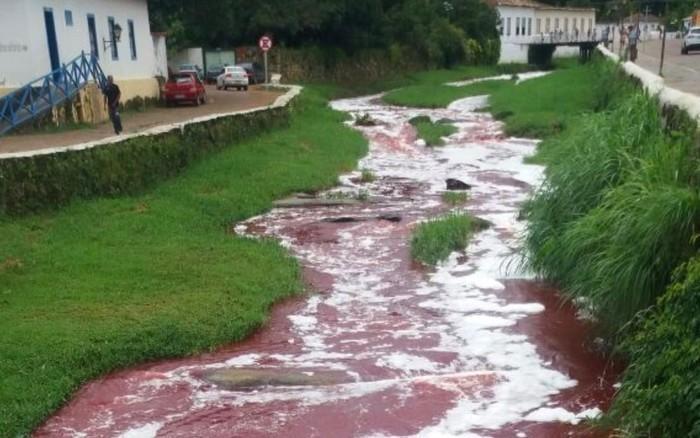 Caminhão com sangue de gado tomba no Rio Vermelho, em Goiás