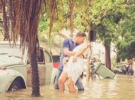 Casal de noivos faz ensaio fotográfico em rua alagada do RJ