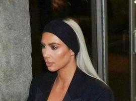 Kim Kardashian quase mostra demais em roupa decotada