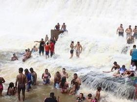 Barragem de Mesa de Pedra sangra e atrai muitos turistas. Vídeo