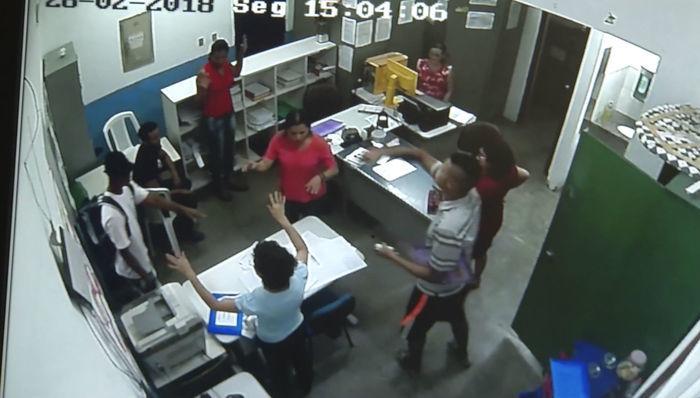 Criminosos fugiram com o veículo da diretora da escola (Crédito: Reprodução )