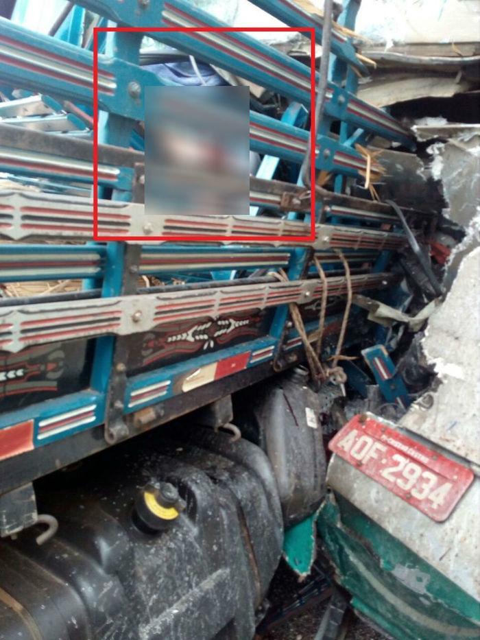 Vítima presa nas grades do caminhão. (Crédito: Reprodução)