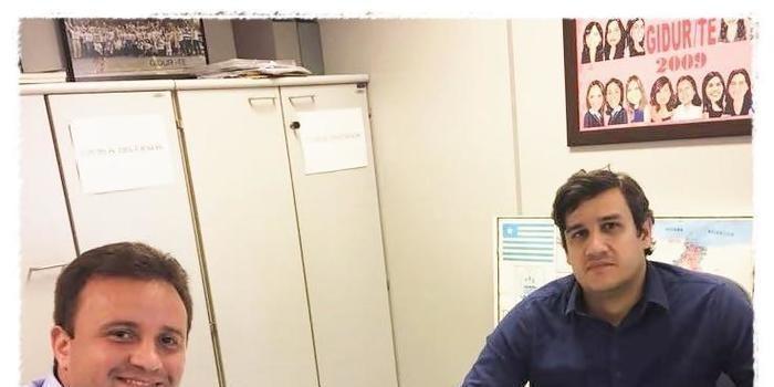 Prefeito de São Pedro assina contrato para aquisição de dois trator