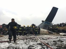 Avião com 71 pessoas cai em aeroporto do Nepal e deixa mortos