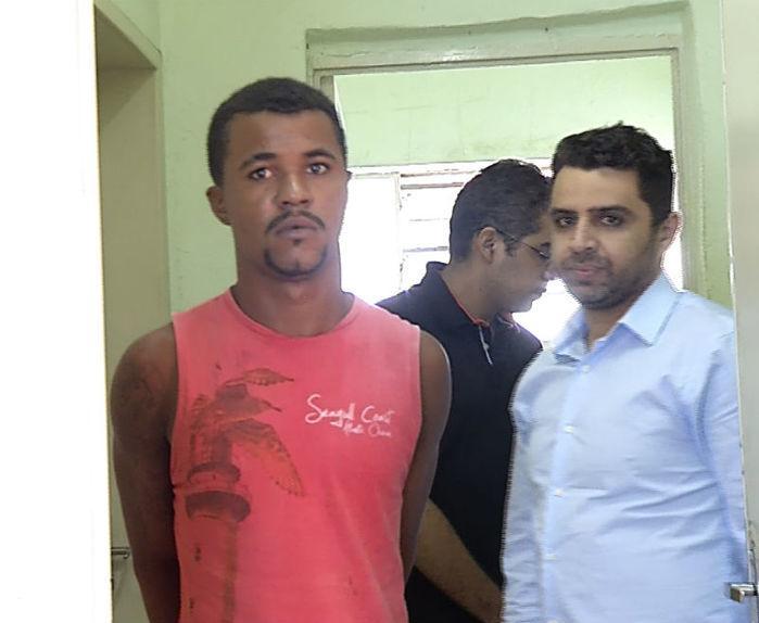 Acusado (à esquerda) foi preso na zona Norte de Teresina (Crédito: Reprodução )