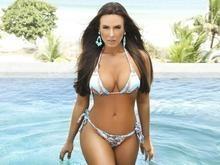 Nicole Bahls exibe belas curvas em ensaio na piscina ; fotos!