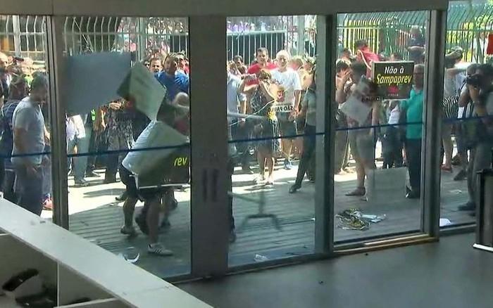 Professora fica ferida durante tumulto na Câmara (Crédito: Reprodução/TV Globo)