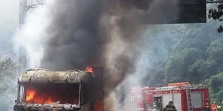 Incêndio em caminhão carregado com soja bloqueia rodovia em SP