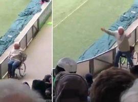 Torcedor 'cadeirante' se levanta para comemorar gol