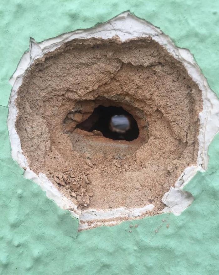 Marca de bala no prédio da Secretaria de Justiça, em Fortaleza. Homens atiraram contra o prédio e morreram em confronto com a polícia (Crédito: Reprodução )