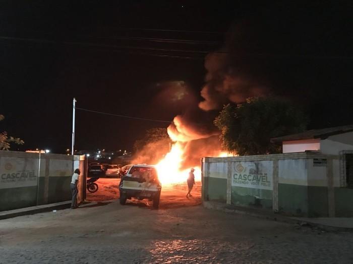 Criminosos incendiaram mais de 50 veículos que estavam apreendidos em terreno na cidade de Cascavel (Crédito: Reprodução )