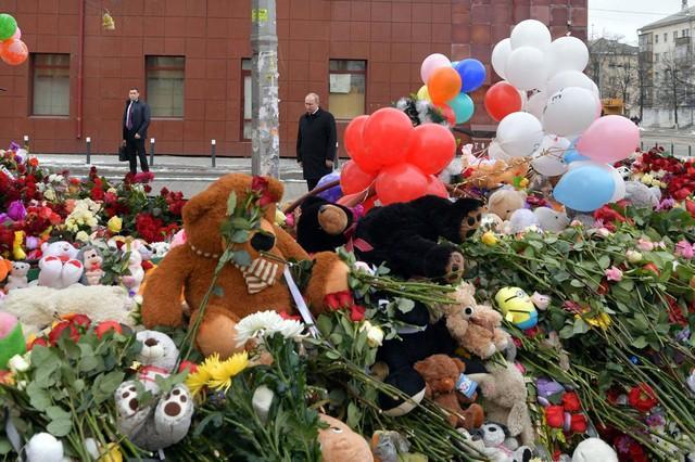 Vladimir Putin visita memorial em frente ao shopping (Crédito: Reuters)