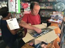 Criminoso furta R$ 6 mil em figurinhas da Copa de banca em SP