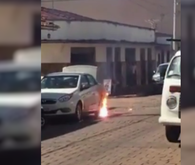 Fio de rede elétrica cai de poste e ateia fogo a carro em Goiás