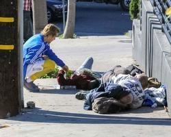 Bieber senta em calçada para conversar com moradores de rua; fotos
