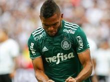 Em jogo tenso, Palmeiras vence Corinthians e fica perto do título