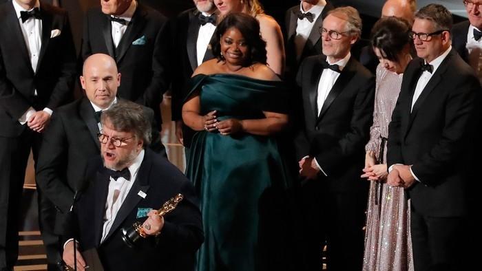 """Elenco de """"A forma da água"""" sobe no palco do Oscar para celebrar prêmio de Melhor Filme  (Crédito:  Lucas Jackson/Reuters)"""