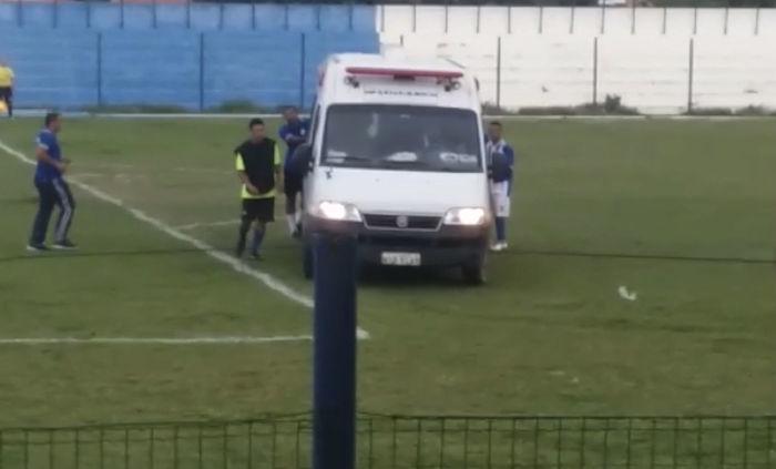 Jogadores precisaram empurrar a ambulância  (Crédito: Reprodução )