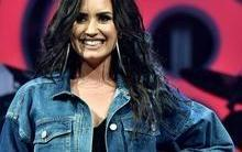 Solteira, Demi Lovato não descarta namorar mulheres