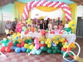 Mulheres participam de oficina de decoração com balões
