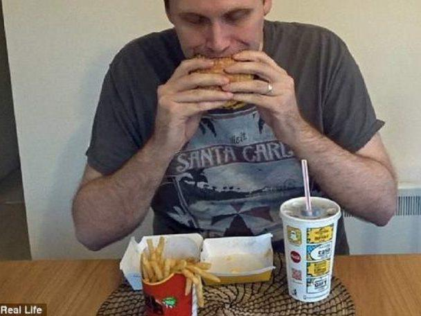 Youtuber emagrece 5 quilos comendo só sanduíche por uma semana