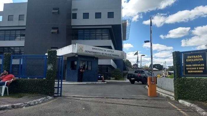 Grupo de senadores inspeciona cela de Lula na PF