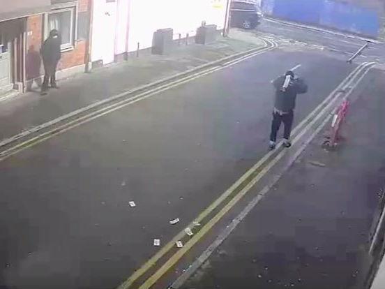Assaltantes são flagrados perdendo dinheiro de roubo; veja vídeo