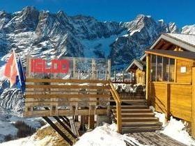 Turista embriagado escala montanha tentando encontrar hotel