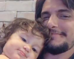 """Bruno Gissoni se emociona com Madalena falando """"papai"""" pela 1º vez"""