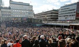 Multidão se reune em praça da Suécia e presta tributo ao Dj Avicci