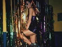 Bruna Marquezine ousa com look curto de paetês em festa temática
