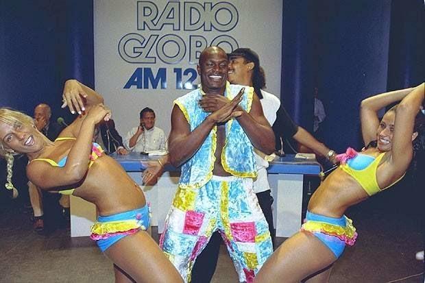Carla Perez dançado com Jacaré e Scheila Carvalho no auge do grupo