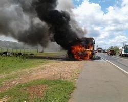Ônibus fica totalmente destruído em incêndio.