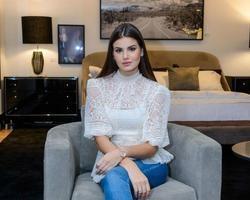 Camila Queiroz usou o Instagram para escolher vestido de casamento