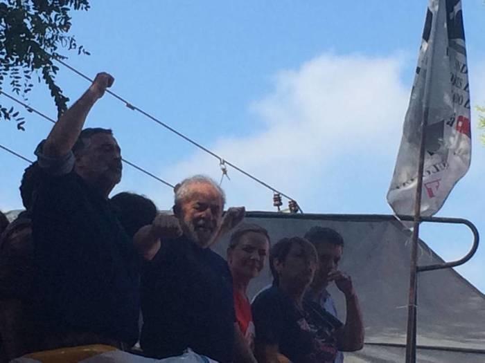 Lula sobe em palanque e acena para militantes em São Bernardo (SP)